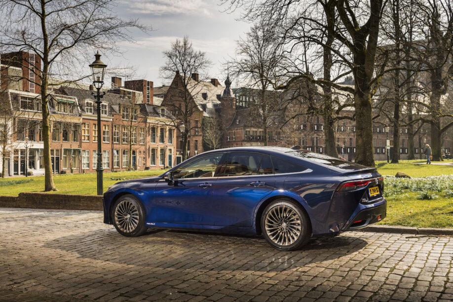 Ambtenaren in Groningen gaan aan de Toyota Mirai